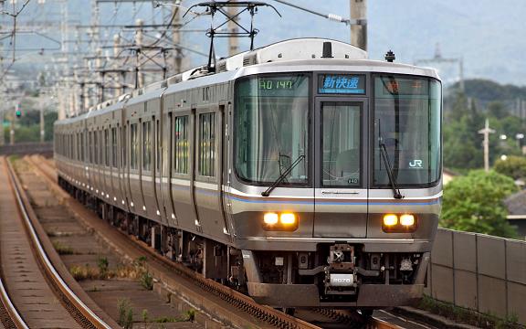 130km/h走行中の新快速電車(223系)
