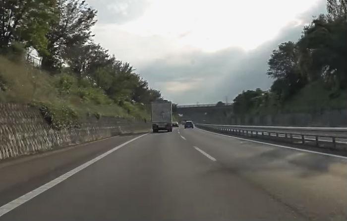 高速道路を走る大型車