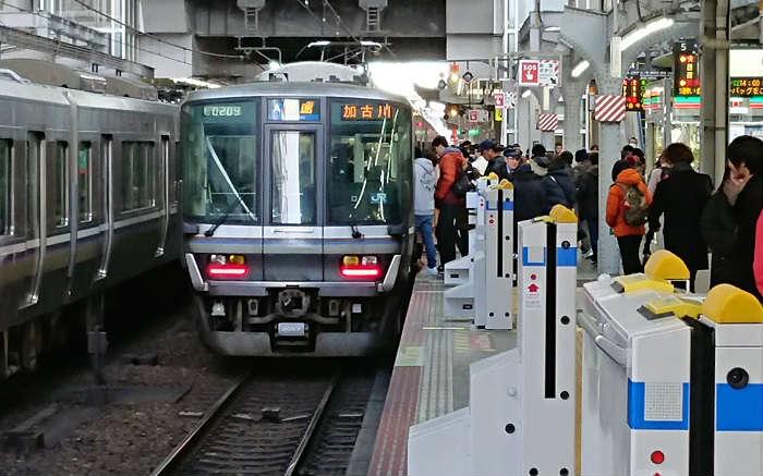 18時台の帰宅ラッシュの大阪駅