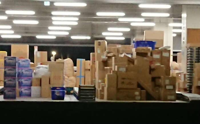 佐川急便の営業所で保管中の荷物