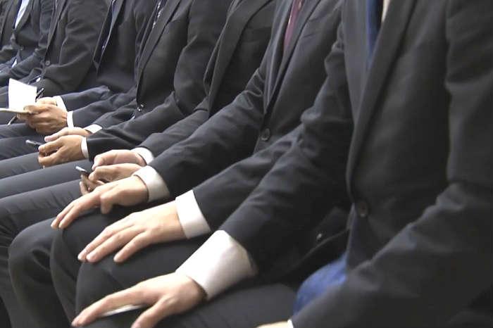 事務系と技術系の採用選考を受ける大学生