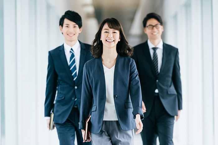 自動車会社で勤務する女性社員
