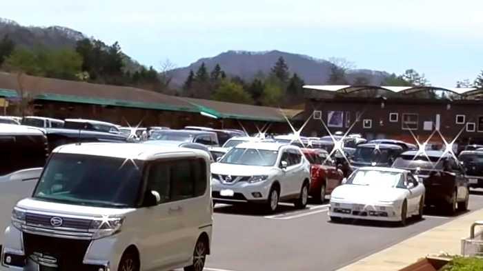土曜日15時頃の軽井沢・プリンスショッピングプラザの駐車場